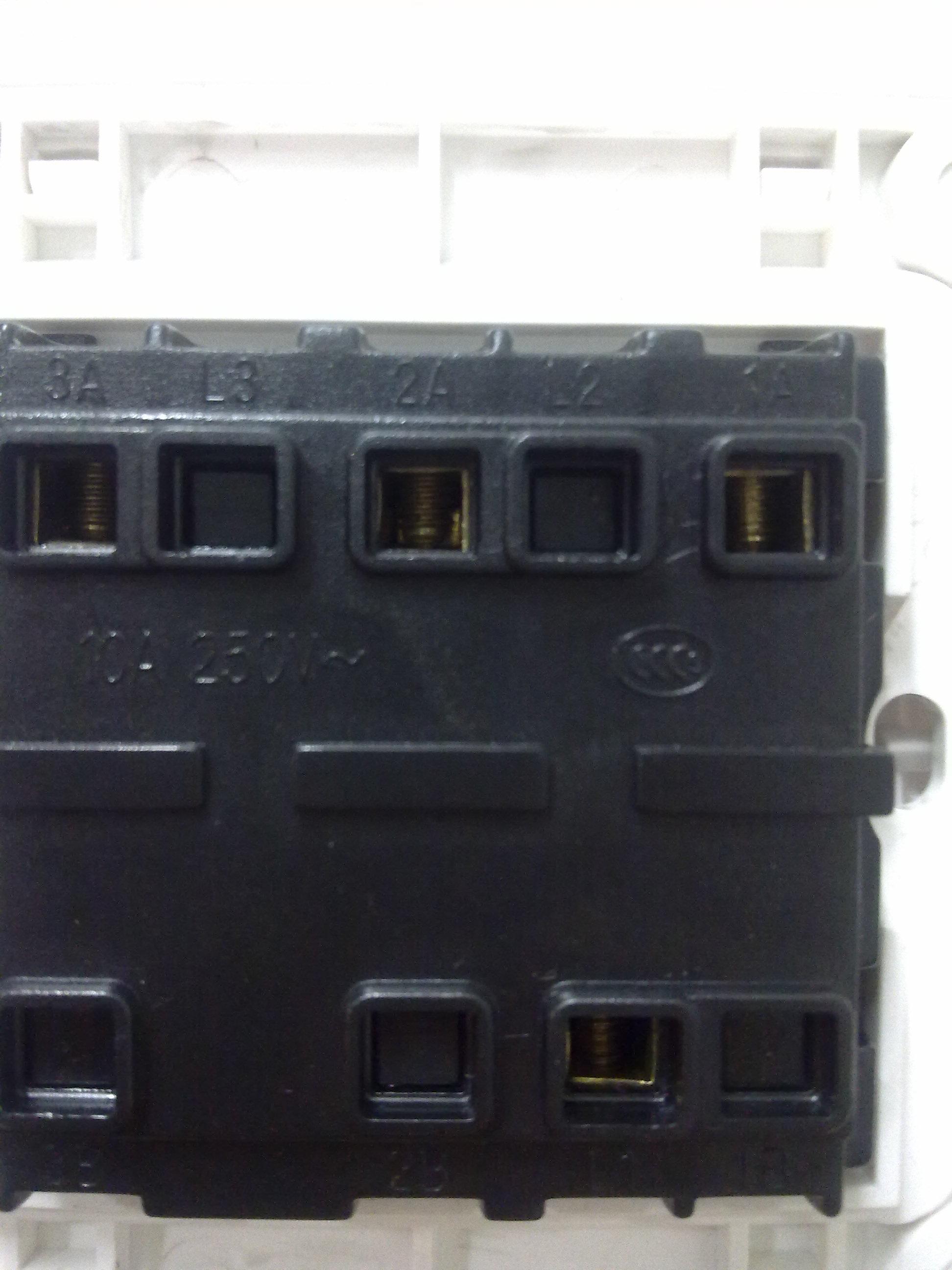 家里空气开关如何接线 今天老板灶台进水 我把它给拆了,大家看看里图片