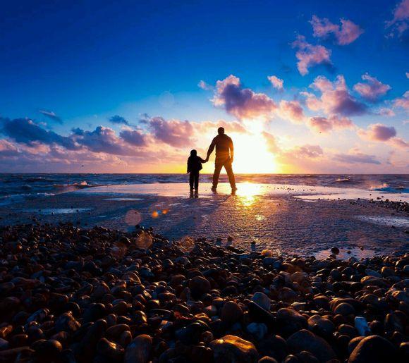 和孩子夕阳下的背影 牵手 图-夕阳下牵手唯美图