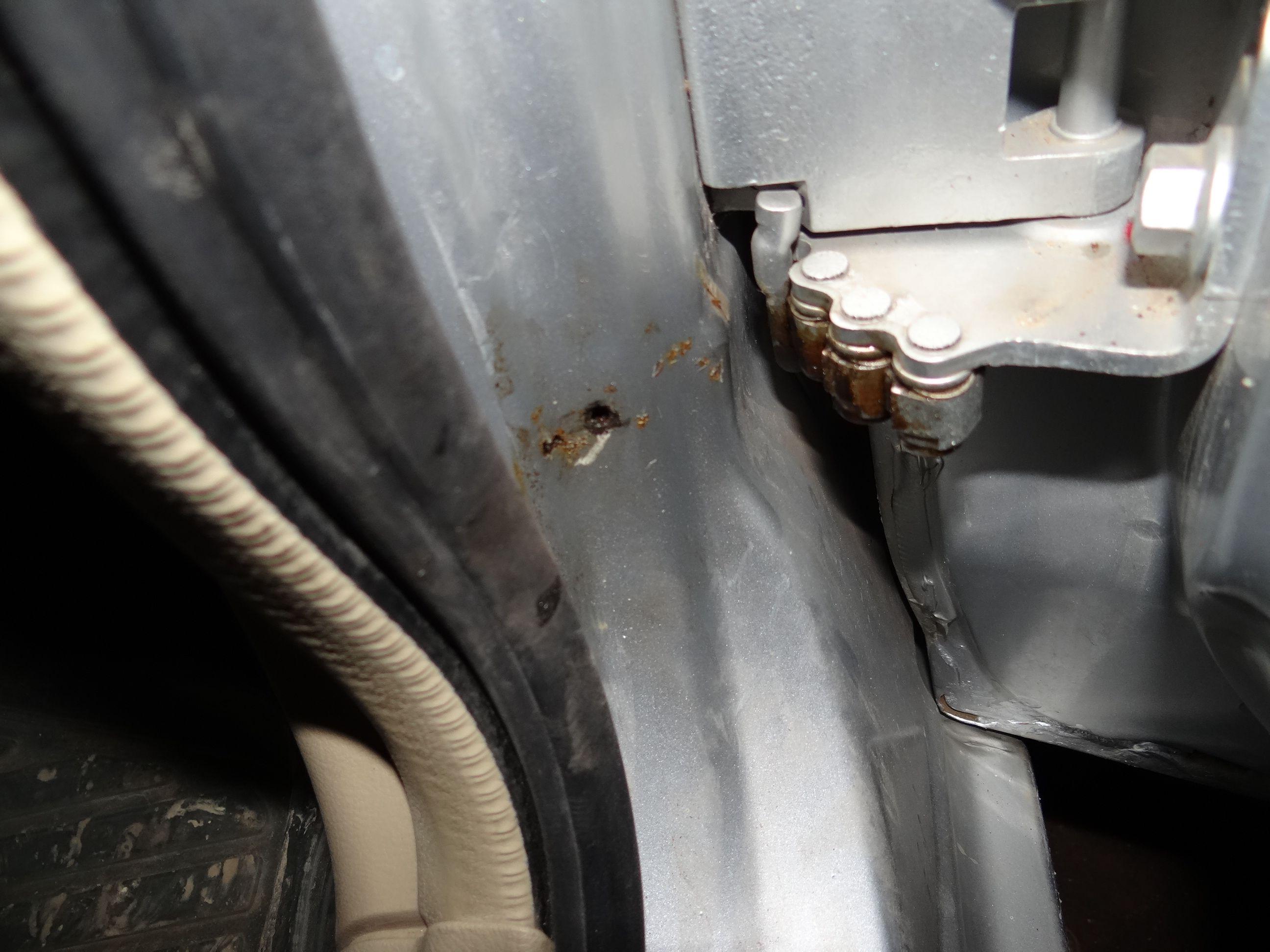 2010年版 奇瑞风云2 前左右门轴处生锈 怎么回事高清图片