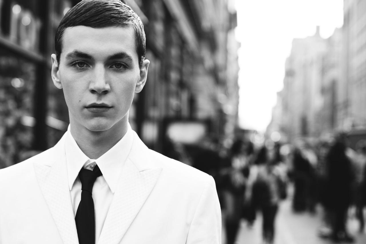 要那种穿白衬衫打黑色小领带的欧美男,壁纸图片什么的都可以,我拿来图片