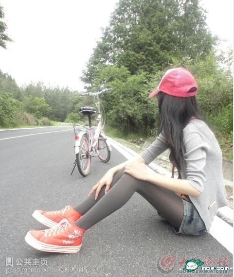 这穿丝袜骑车的女生谁认识