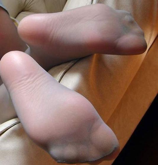 在校女生能不能脱下鞋子露出袜子拍张照片给我