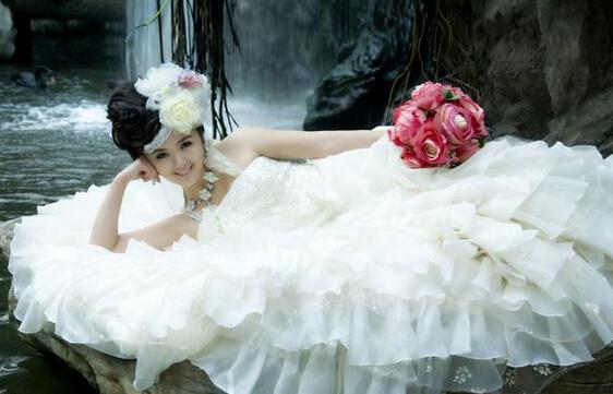把婚纱照女孩头像换了
