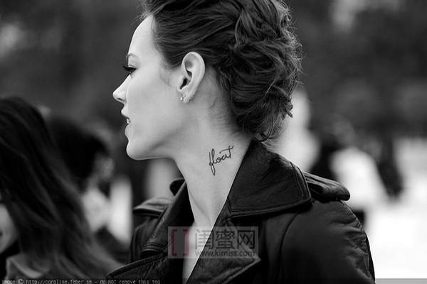 这个欧美女明星是谁啊?脖子侧面一小串黑色的字母纹身图片