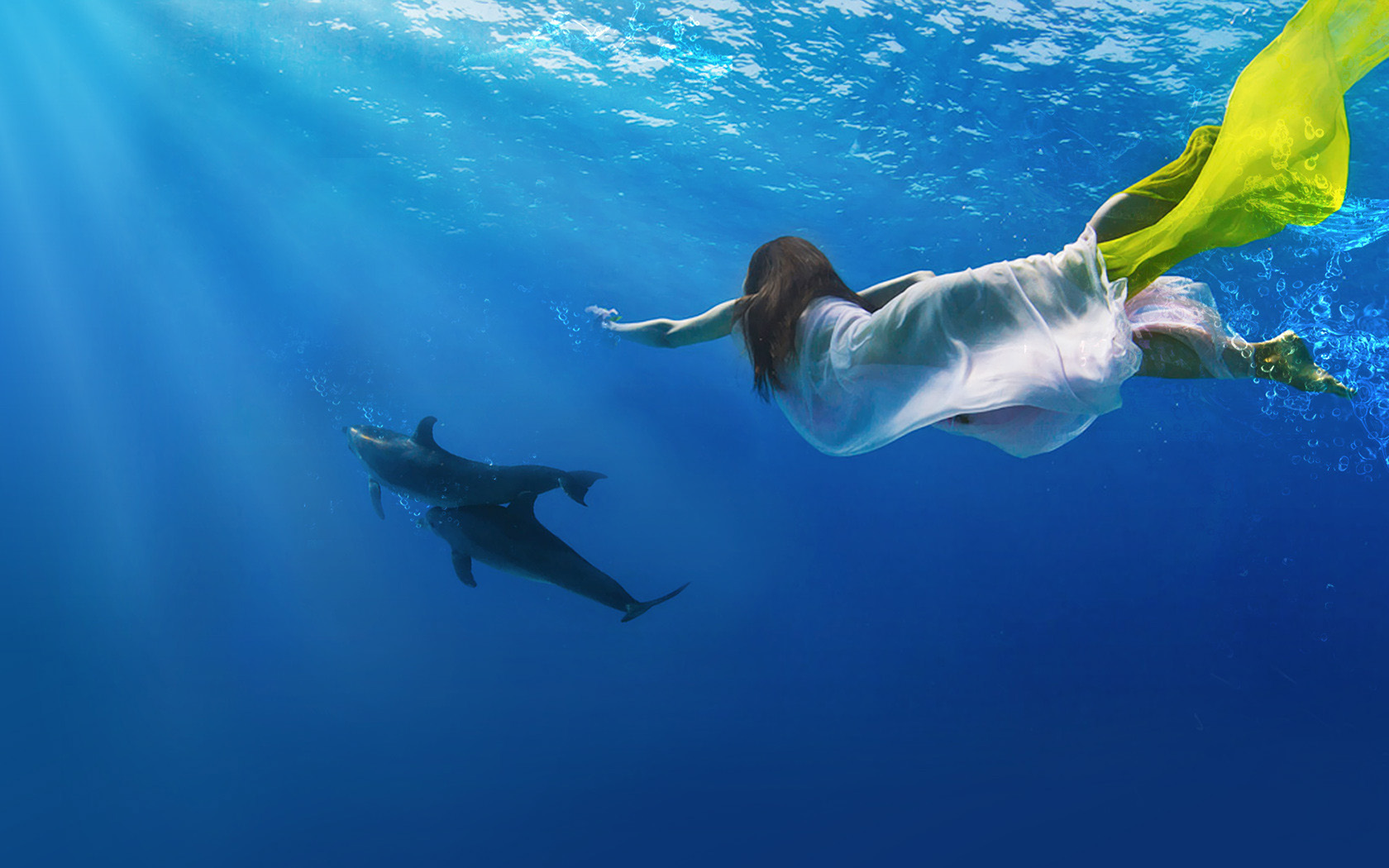 一个女生在海洋里
