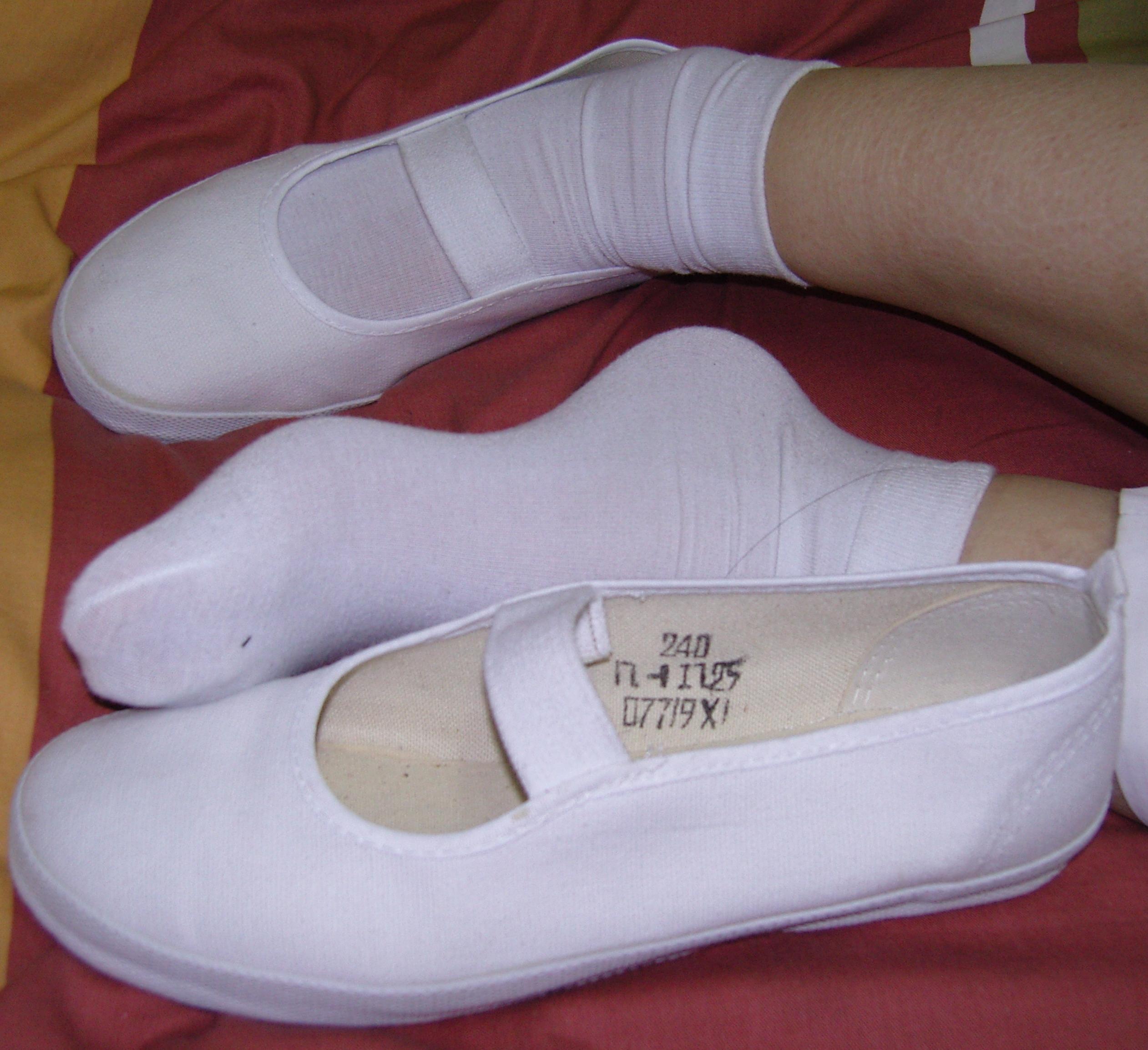 女生穿这样的白球鞋踢男生裆部