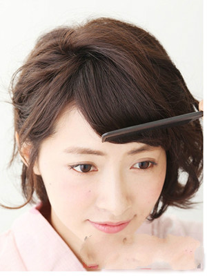 用梳子将刘海梳理成微卷的斜刘海造型,这款甜美又清爽的短发扎法就图片