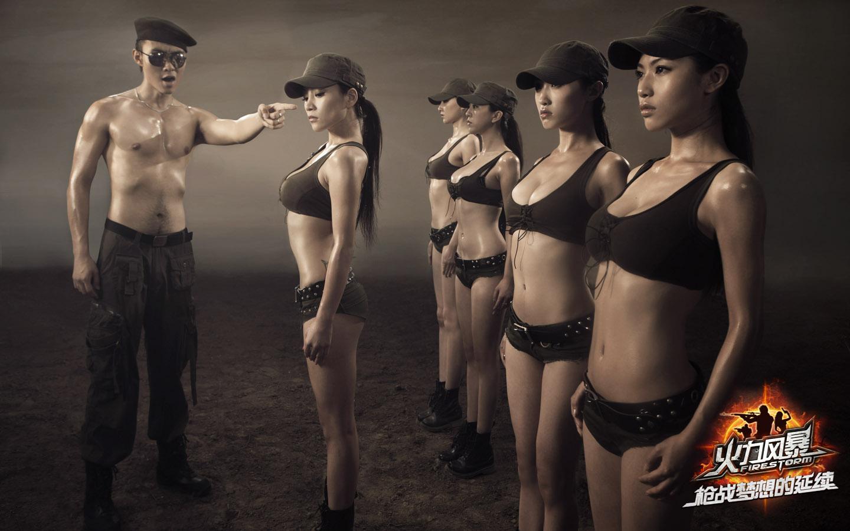 好多美女站一排一个军官在训练的图片