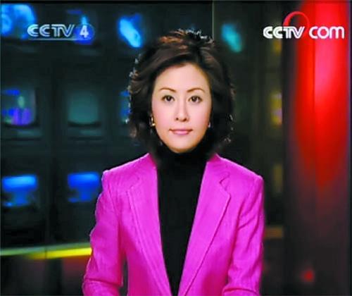 她是cctv4《中国新闻》的主持人周瑛锋