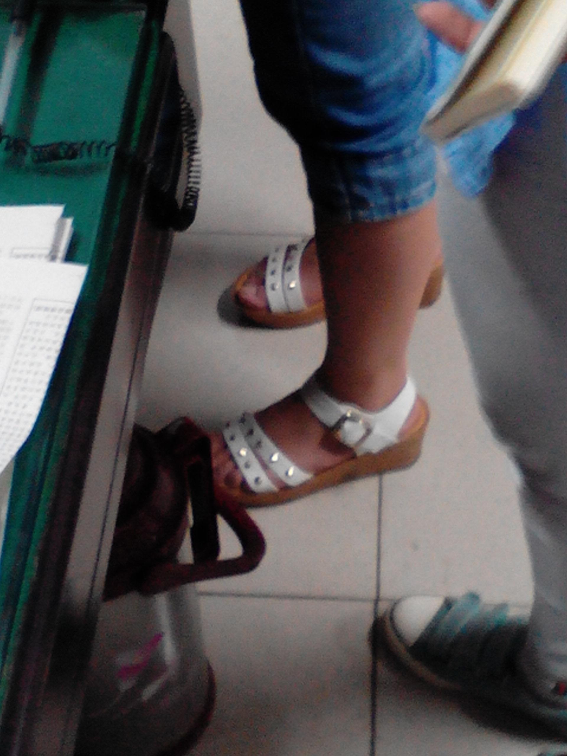 这个女孩子脚漂亮吗 她的脚有没有37吗?