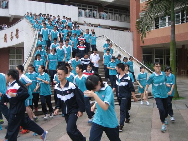 这是广州哪所中学的校服? 7 2007-09-18 广州市那个初中的校服好看?图片