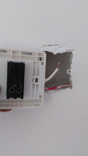 第一个图片是带开关的空调插座;第二个图片是吸顶灯开关.如何接线?图片