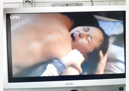 一部电影两2个女人在床上被戴上一个在睡觉另外