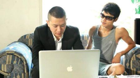 大陆拍摄的gay片找个高富帅西装男去修理电脑图片