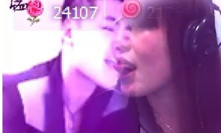 在群视频里 看见一美女把一帅哥的视频画面弄到自己