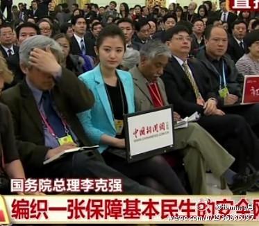 答记者问上中国新闻网的蓝衣美女记者