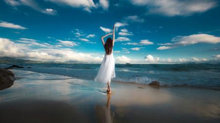 求一张在海边的背影女生头像海水是浑浊的