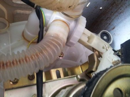 二,修理方法: 1,拧开洗衣机后板,把排水阀的胶盖拧开后拉出来检查看图片