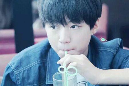 王俊凯喝水是什么样?_t=t