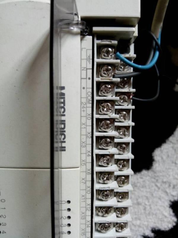 三菱plc的x y接线端子是怎么接的 这里的24v是接哪里的