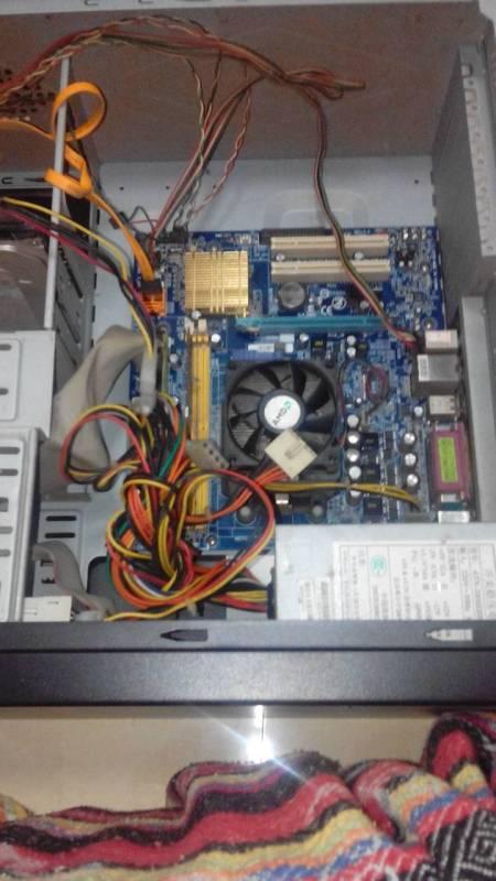 这个机箱的内存条是在哪里,我家的电脑突然开不了机了,而且一直