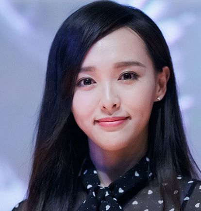 所以唐嫣的造型比较适合有刘海,不管是齐刘海还是斜刘海,都会让她的图片