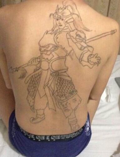 后背纹身关公囹�b_男生后背流行很酷的关公纹身图片