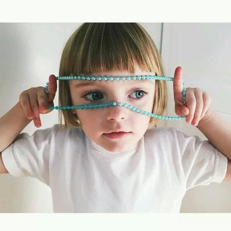 蓝色眼眸黄色短发外国四岁小女孩图片图片